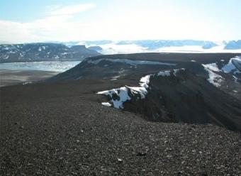 Stolové hory Lachman Crags a Berry Hill na antarktickém ostrově Jamese Rosse. Kredit: Bohuslavová et al. (2018).