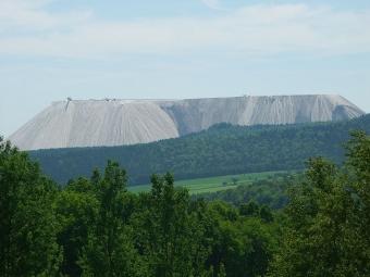 "Velká výsypka ""Monte Kali"" u Heringen v Hessensku. Kredit: 2micha / Wikimedia Commons."