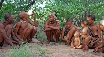 Lidé sdílejí jídlo a pití od pradávna. Kredit: Jenman Safaris.