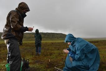 Odběr vzorků plynů z podzemních systémů v Africe ve výšce 3500 m nad mořem. Kredit: Lorenz Fischer.