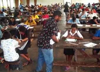 Alfred Kik (vedoucí autor studie) testuje středoškolské studenty na PNG.