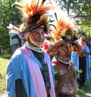 Živá tradice: student promující z Lékařské fakulty Univerzity PNG se svým otcem, oba v tradičním kroji.