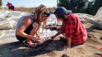 Makedonie - Studentky odebírají vzorky na neolitickém sídlišti Vrbjanská Čuka.